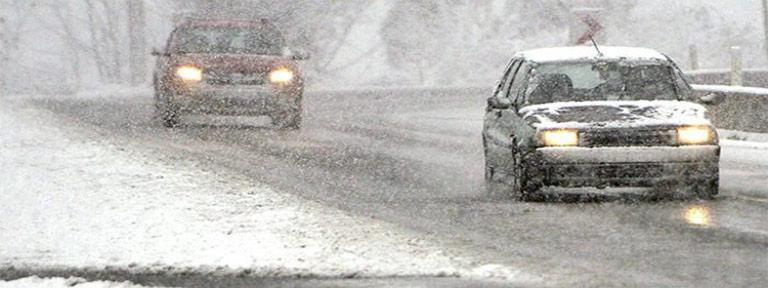 Karlı havlarda sürücünün araba kullanması zorlaşır.