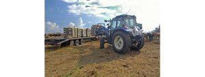 Çiftlikte çalışan traktör.